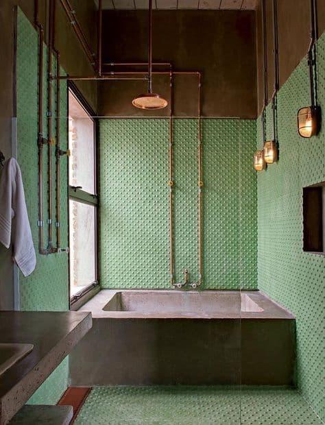 banheiro industrial com banheira de cimento queimado