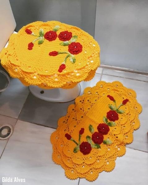 conjunto de banheiro em crochê e com flores
