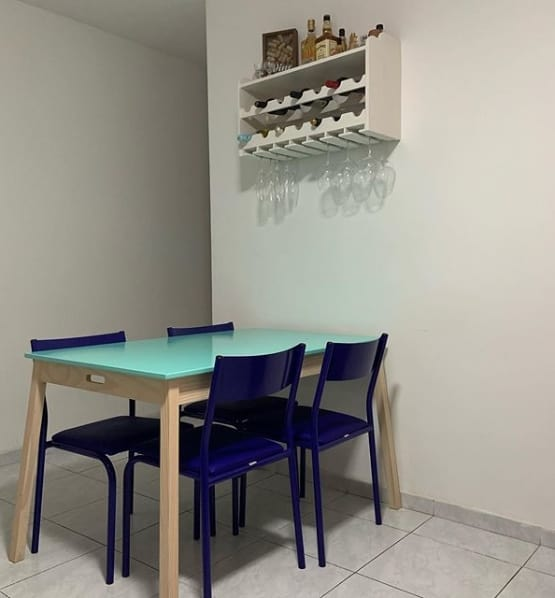 sala de jantar com bar de parede branco