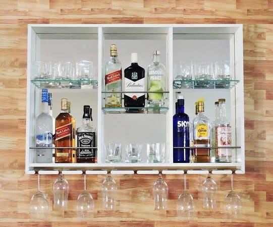 bar branco com fundo espelhado