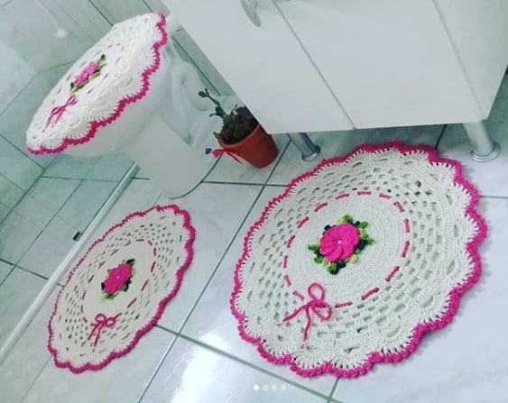 conjunto de banheiro com tapetes redondos
