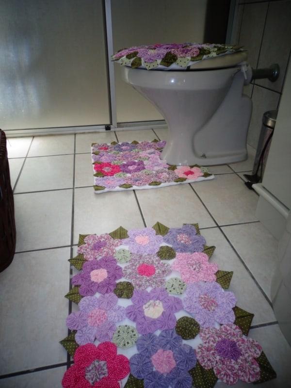 conjunto de banheiro com flores de fuxico