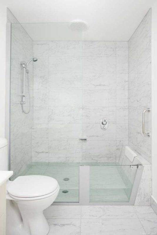 banheira de vidro pequena com chuveiro