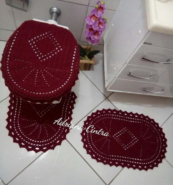 jogo de crochê com tapetes e tampa de vaso sanitário