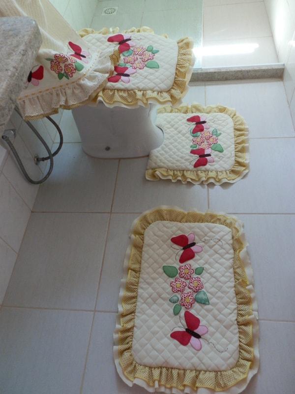 banheiro com jogo de tapetes de patchwork
