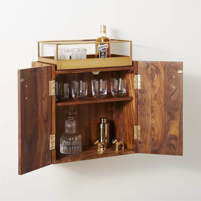 mini bar em madeira com porta