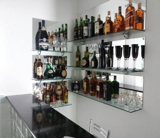 bar na parede com fundo espelhado