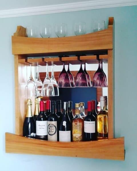 mini bar de madeira com fundo espelhado