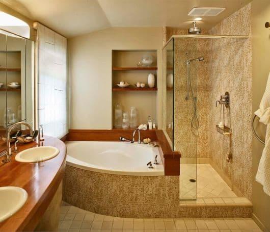 banheiro pequeno com banheira e chuveiro separados