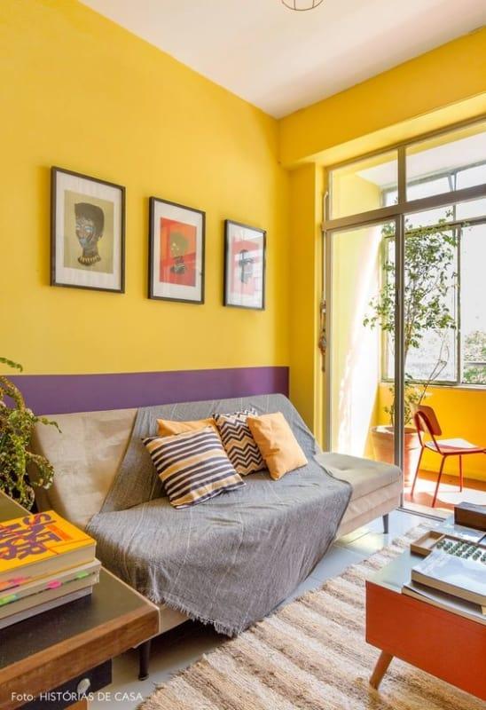 sala simples com parede amarela