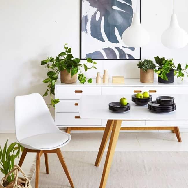 A sala toda pode ser decorada com móveis com pés palitos