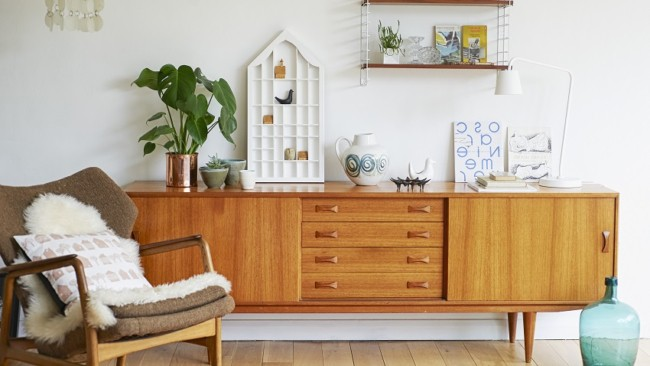 Ambiente mais estiloso com aparador de madeira retrô