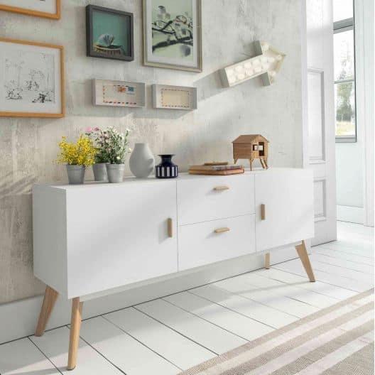 Aparador branco estilo retrô com puxadores em madeira