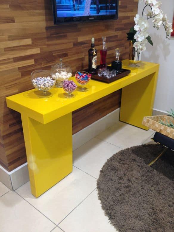 Aparador com design simples amarelo