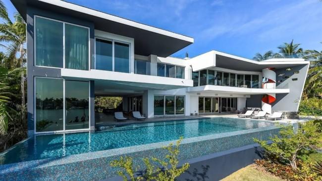 As piscinas de mansões costumam ser bem grandes