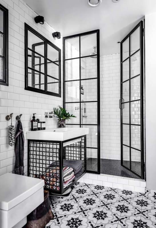 Azulejos decorados pretos e brancos no banheiro