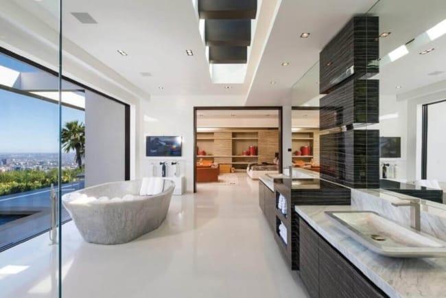Banheiro amplo em mansões de luxo