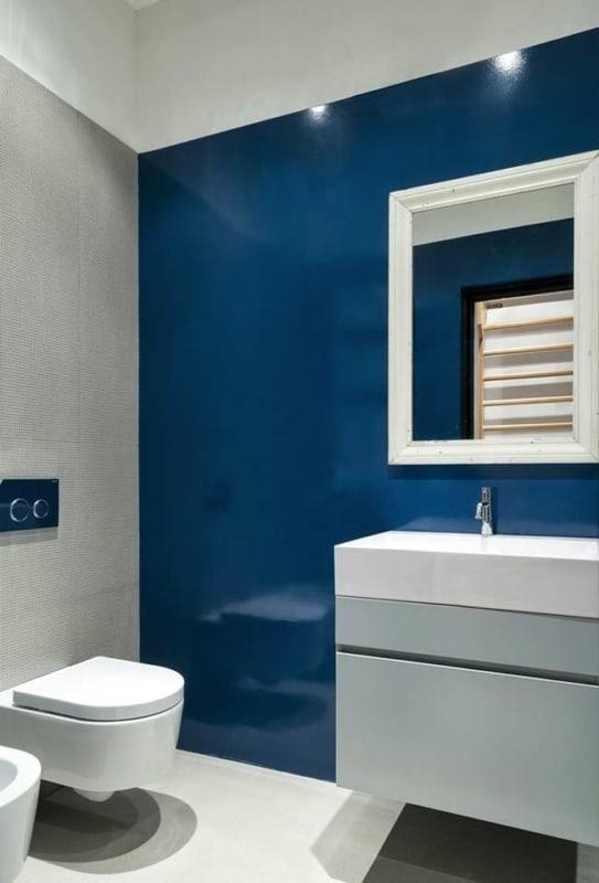 Banheiro com a parede azul marinho