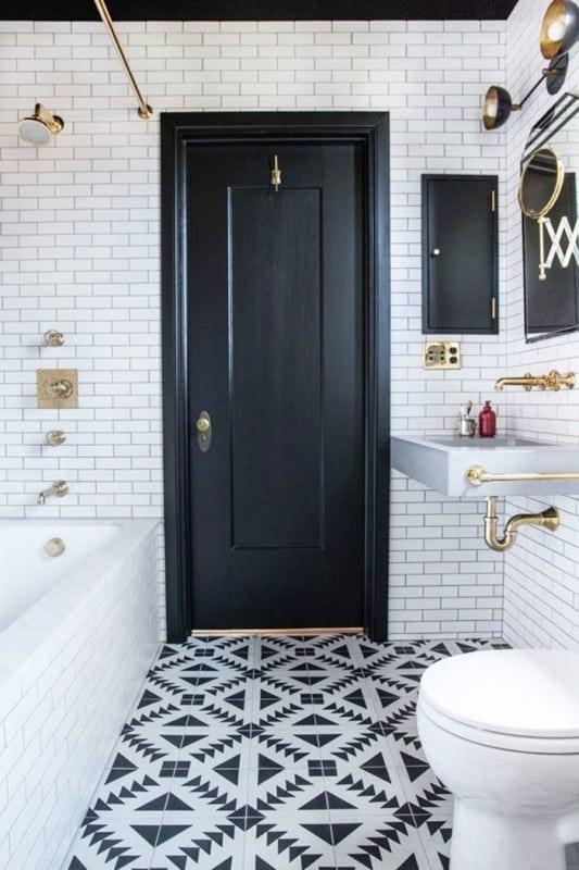 Banheiro com banheira em preto e branco