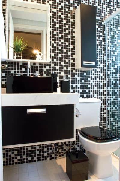 Banheiro com pastilhas pretas e brancas