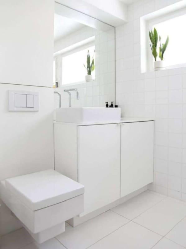Banheiros pequenos ficam ótimos com paredes brancas