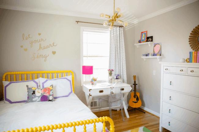 Cama amarela para dar toque divertido no quarto