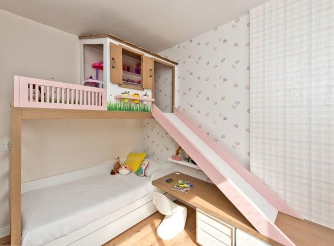 Cama com escorregador em quarto de menina
