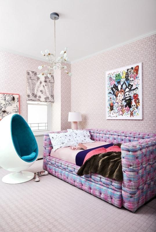 Cama super diferente e cadeira moderna em quarto infantil de menina