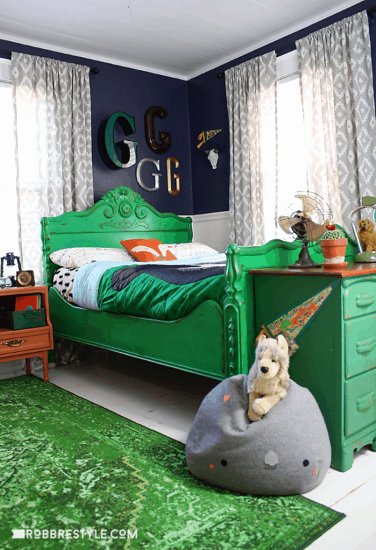 Cama vintage verde para quarto de menino