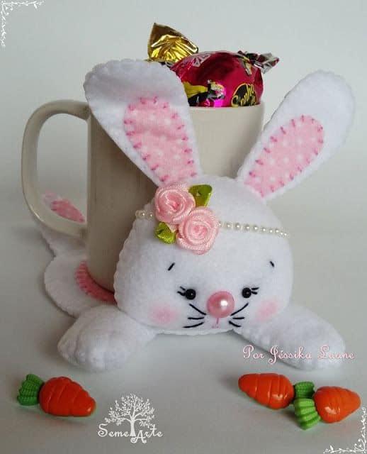 Caneca com doces decorada com coelho de feltro