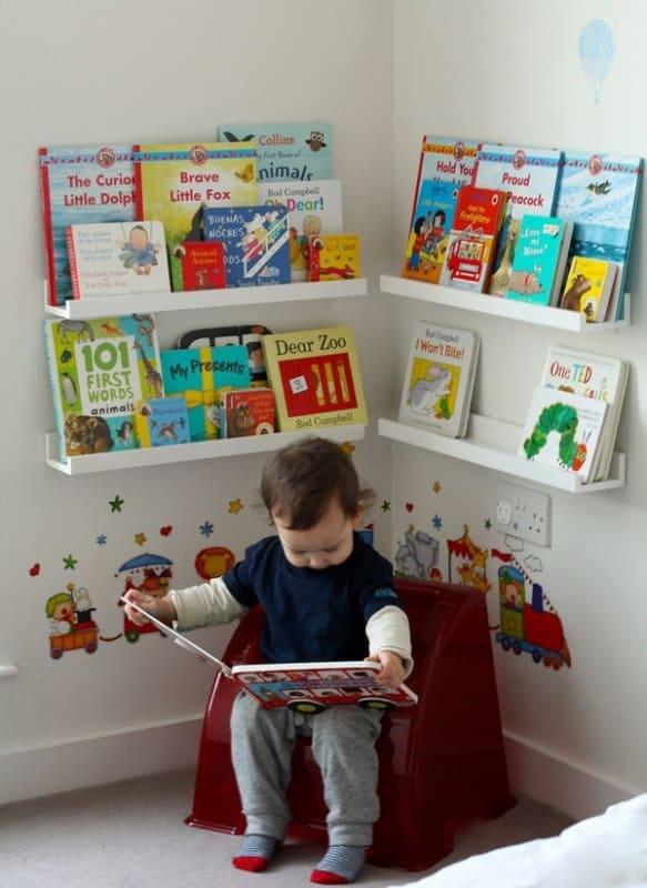 Cantinho da leitura infantil com adesivos na parede55