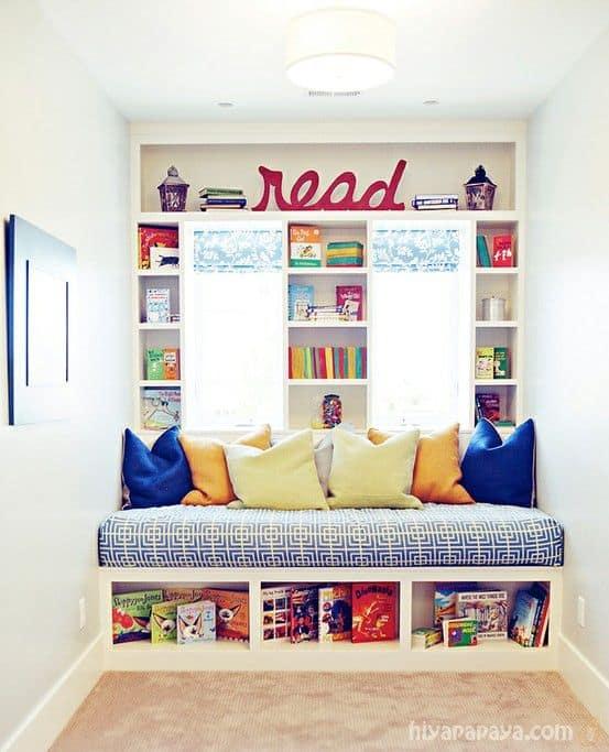 Cantinho da leitura infantil com almofadas coloridas54