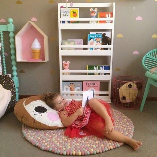Cantinho da leitura infantil com estante pequena56