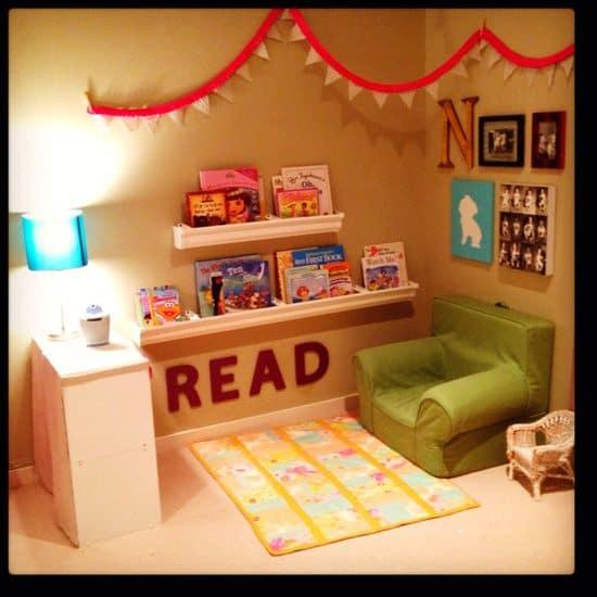 Cantinho da leitura infantil com poltrona verde63