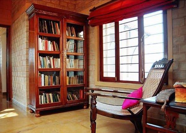 Cantinho da leitura na sala com estante de madeira6