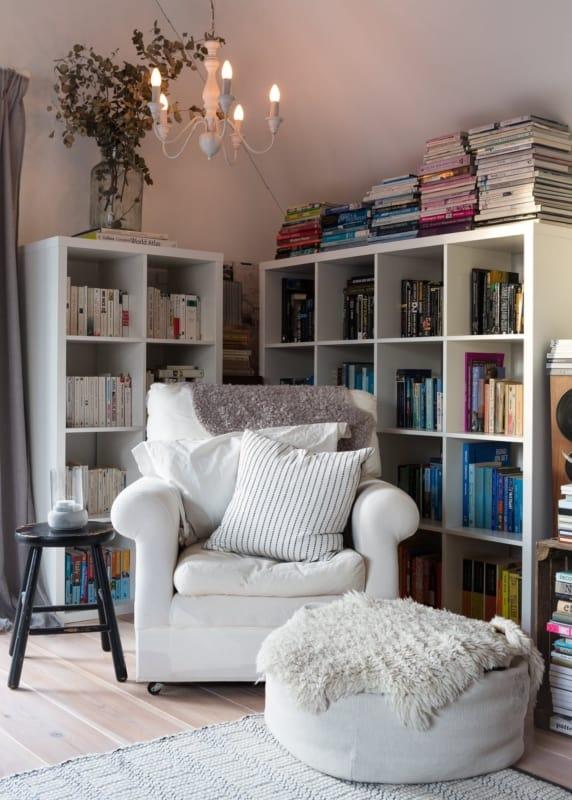 Cantinho da leitura na sala com estantes brancas12