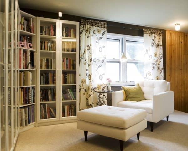 Cantinho da leitura na sala com poltrona branca3