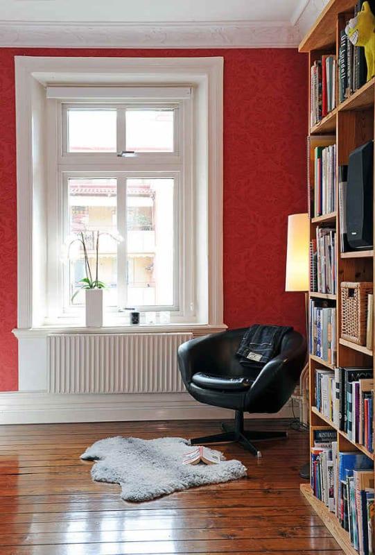 Cantinho da leitura na sala perto de janela grande10
