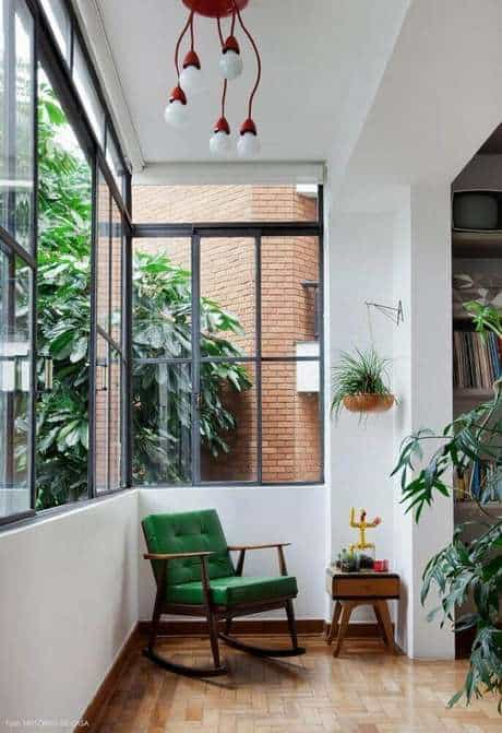 Cantinho da leitura na varanda com poltrona verde26