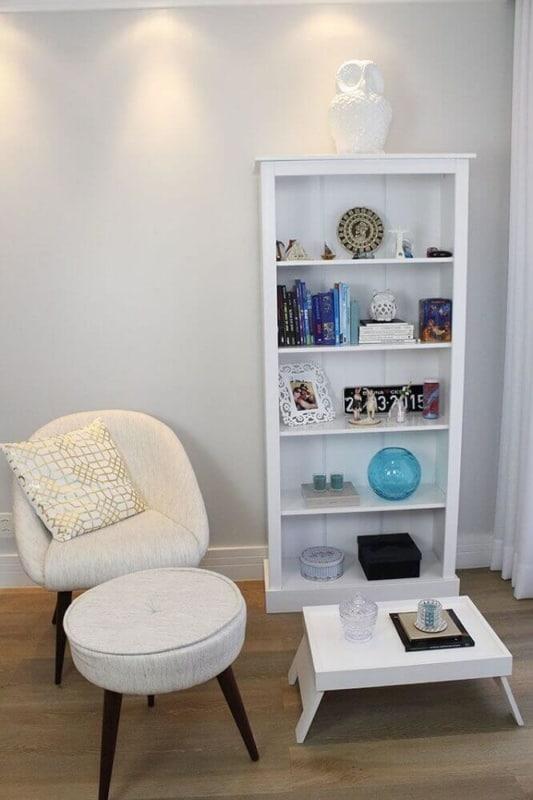Cantinho da leitura no quarto com decoração branca20