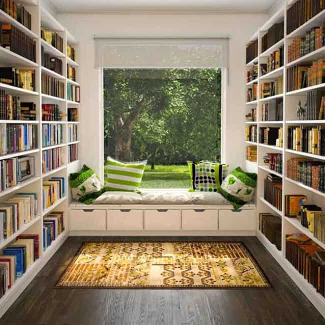 Cantinho da leitura no quarto com estantes grandes18