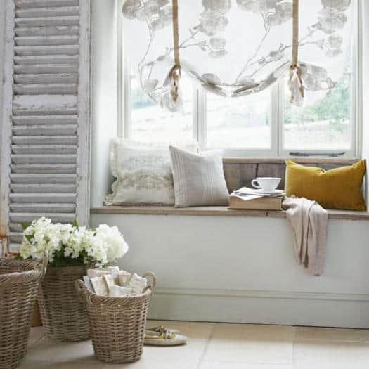 Cantinho para ler na janela com cestos decorativos43