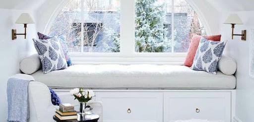 Cantinho para ler na janela com luminárias na parede44