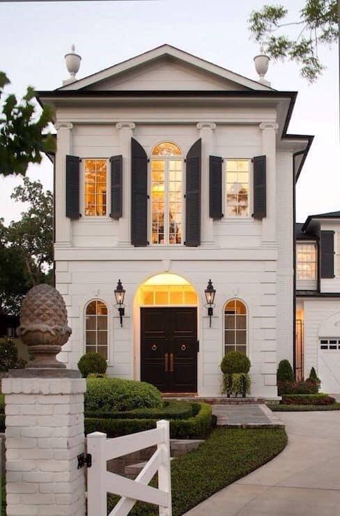 Casa clássica pintada de branco e detalhes em preto