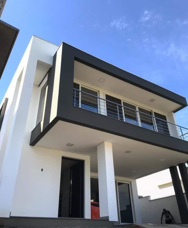 Casa moderna com a frente preta e branca