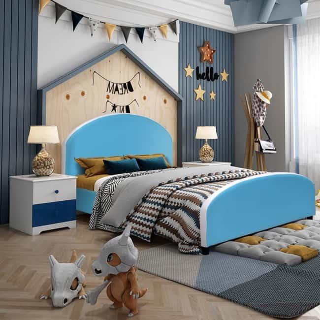 Casinha em cama no quarto de menino