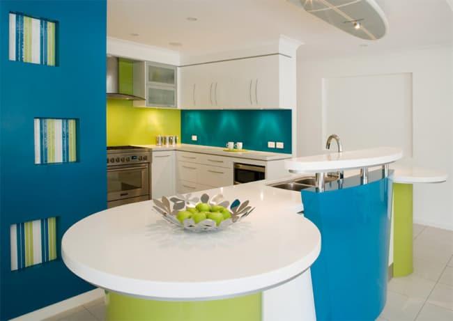 Cozinha com três cores frias nas paredes