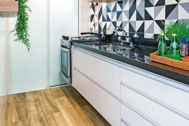 Cozinha de apartamento com decor preto e branco