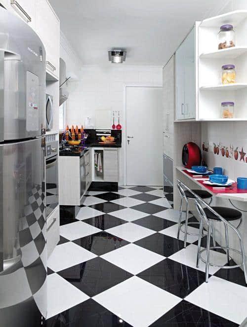 Cozinha pequena com piso preto e branco