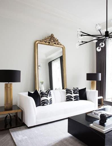 Decor preto e branco com elementos dourados na sala
